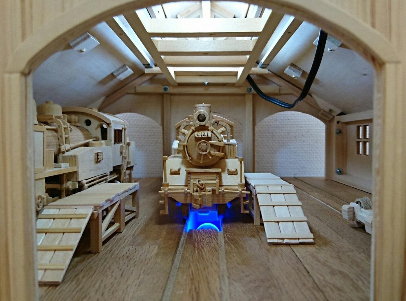 2018.3.22 木工細工蒸気機関車作品展 (13) 機関車庫とC121 1400-1040