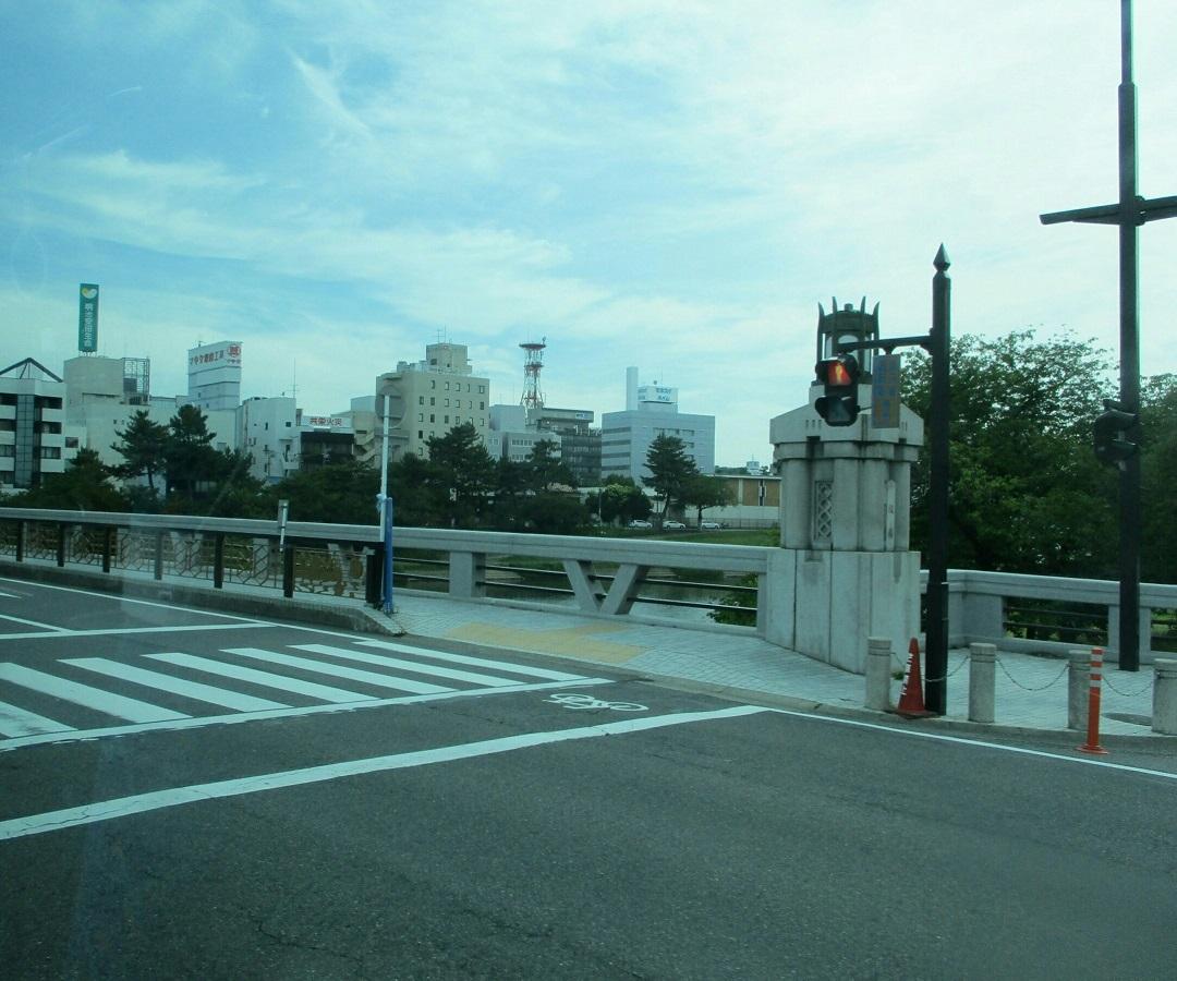 2018.6.22 (14) 足助いきバス - 殿橋をわたる 1080-900
