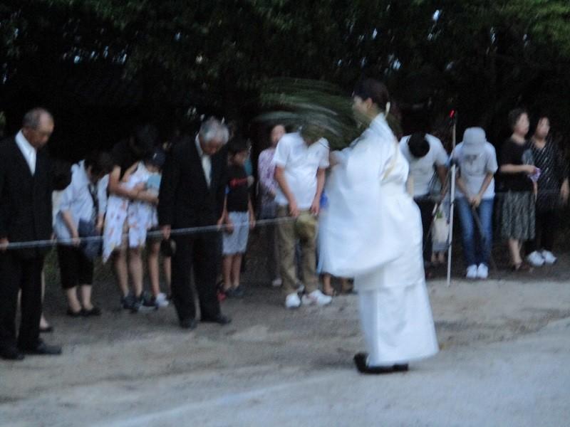 2018.7.8 古井神社かり遷座祭 (8) そとでの儀式 800-600