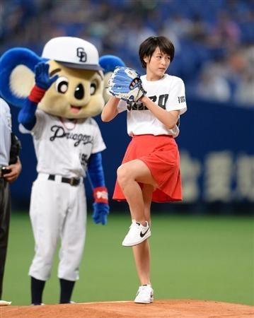 2014年8月28日 清野菜名さんの始球式(サンスポ) (1) 359-450