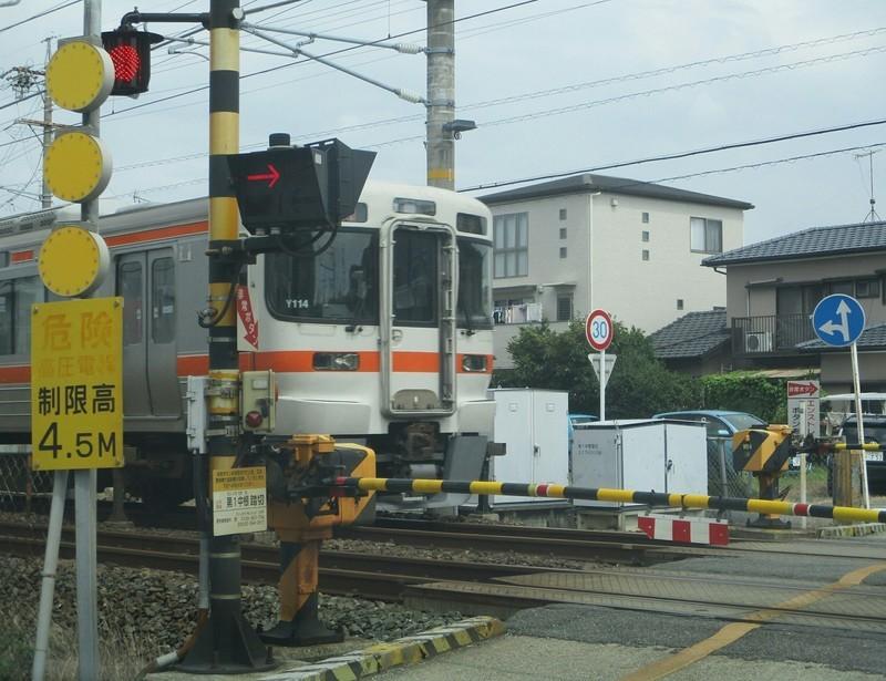 2019.8.16 (1) 第3中根ふみきり - ひがしいき電車 1560-1200
