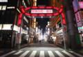 自粛要請でひとがへった歌舞伎町(時事通信) 584-405