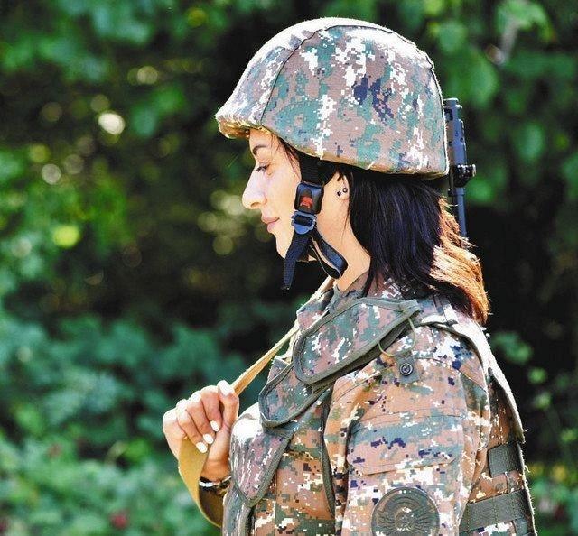 軍服すがたのアンナ・ハコビアンさん(ちゅうにち) 640-594