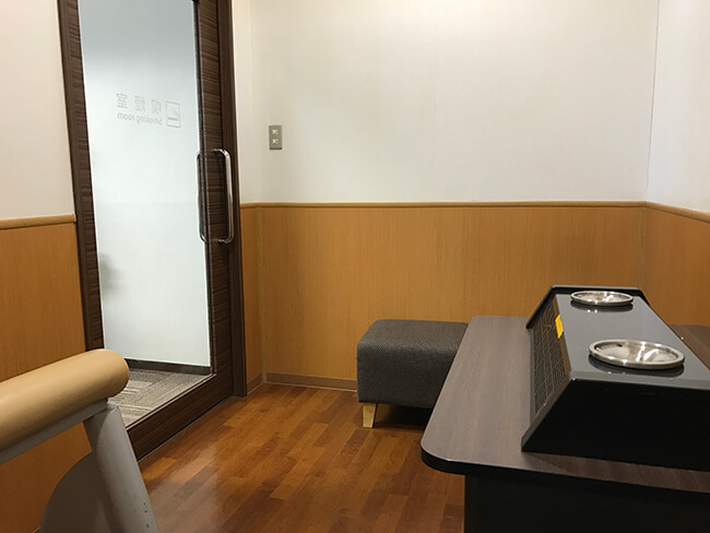仙台空港ビジネスラウンジeastsideの喫煙室内部