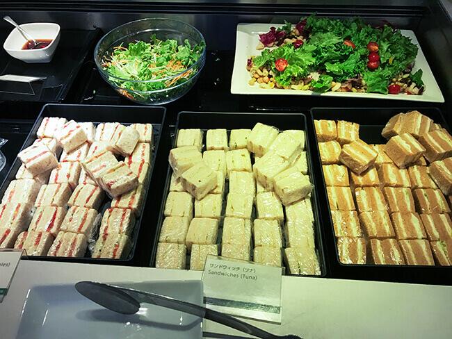 サンドイッチとサラダ