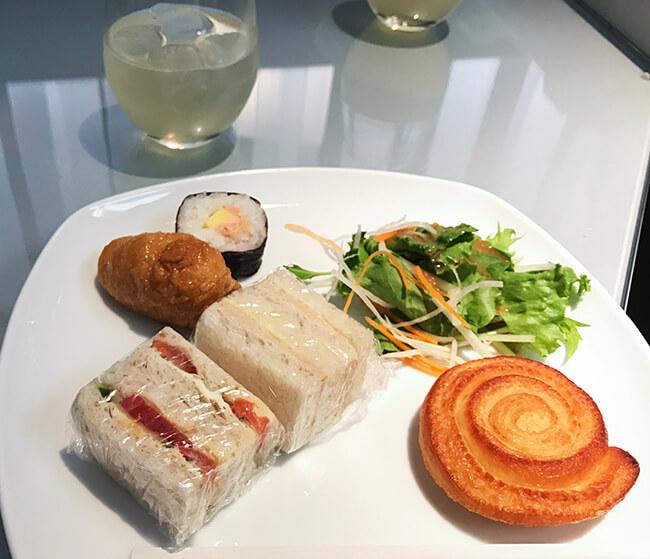 ラウンジのサンドイッチ・海苔巻き・お稲荷さん・パン