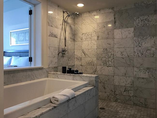 メインバスルームのバスタブ・シャワー