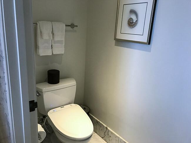メインバスルーム側のトイレ