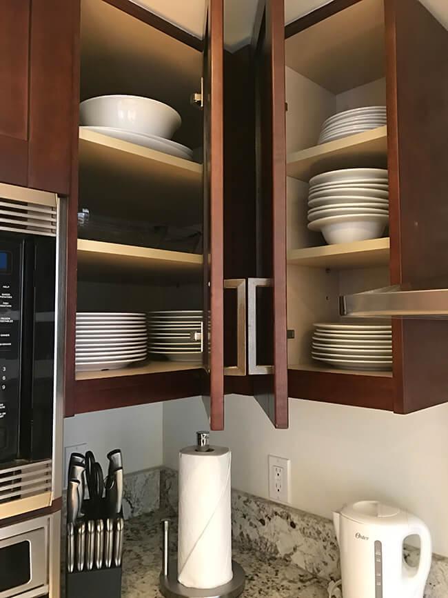 棚に詰まった食器類