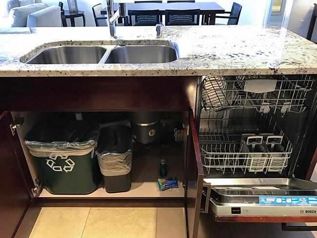 シンク下にはゴミ箱と食洗機