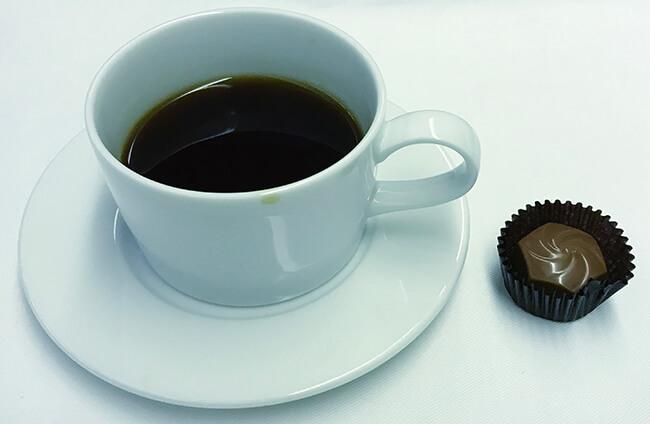 食後のコーヒーとチョコレート
