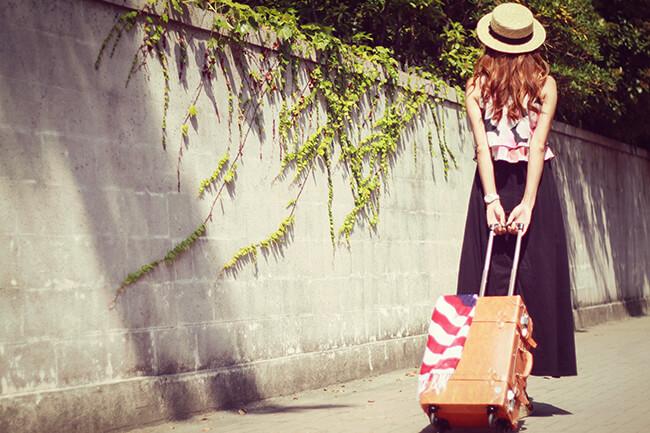 旅行に出かける女の子とスーツケース