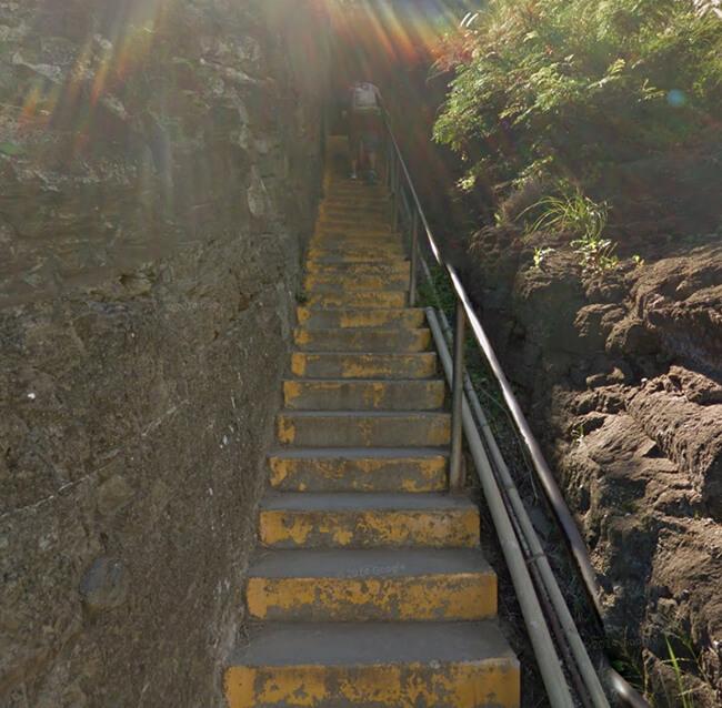 傾斜のきつい階段が出現