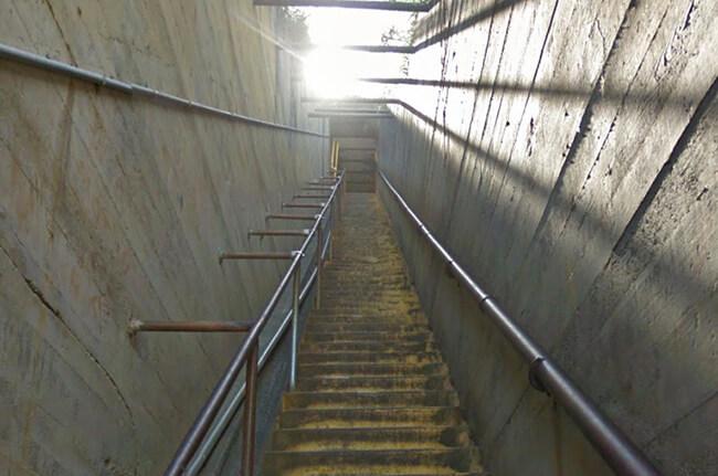 暗いトンネルを抜けた先にまた階段
