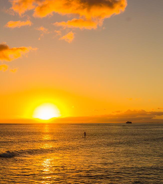 ハワイ最後のサンセット・アラモアナビーチパークマジックをアラモアナビーチパークマジックアイランドから望む