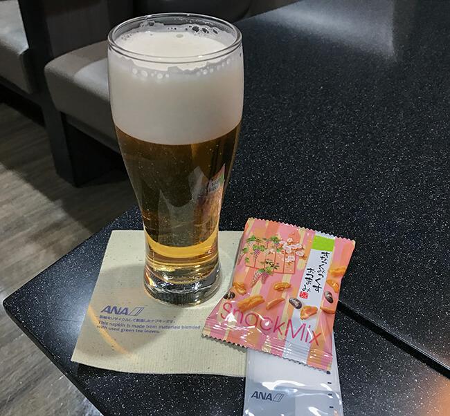 ビールとすなっくみっくすおつまみ