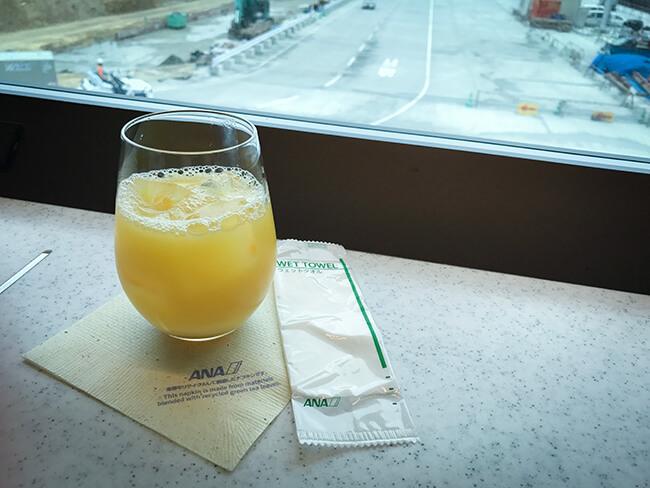那覇空港anaラウンジでオレンジジュース