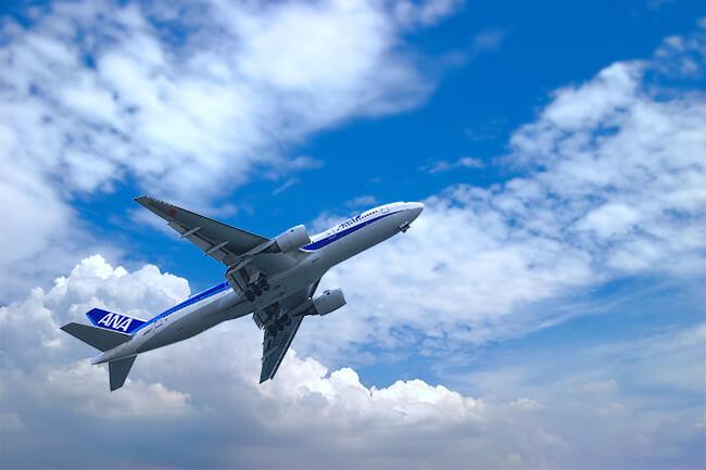 大空を飛ぶanaの飛行機