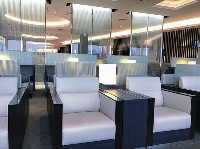 伊丹空港anaラウンジのソファスペース