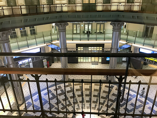 東京ステーションホテル3階から丸の内改札を見下ろす