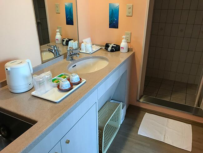 電気ポットと浴室スペース