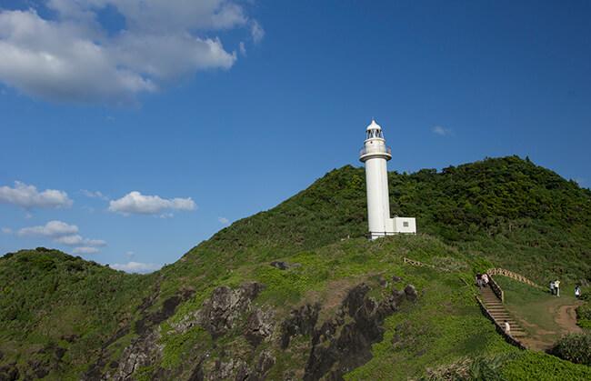 御神崎灯台を仰ぐ