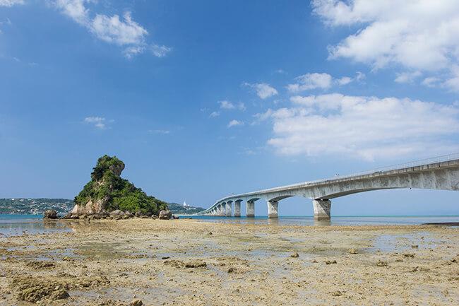 古宇利大橋を浜辺から望む