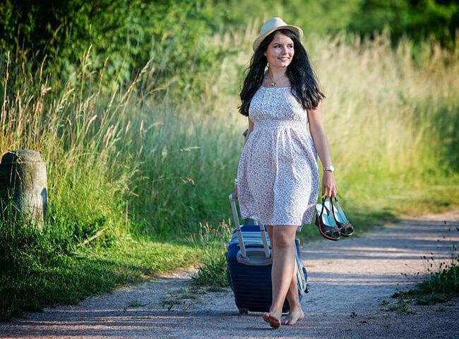 旅行へ出かける女性