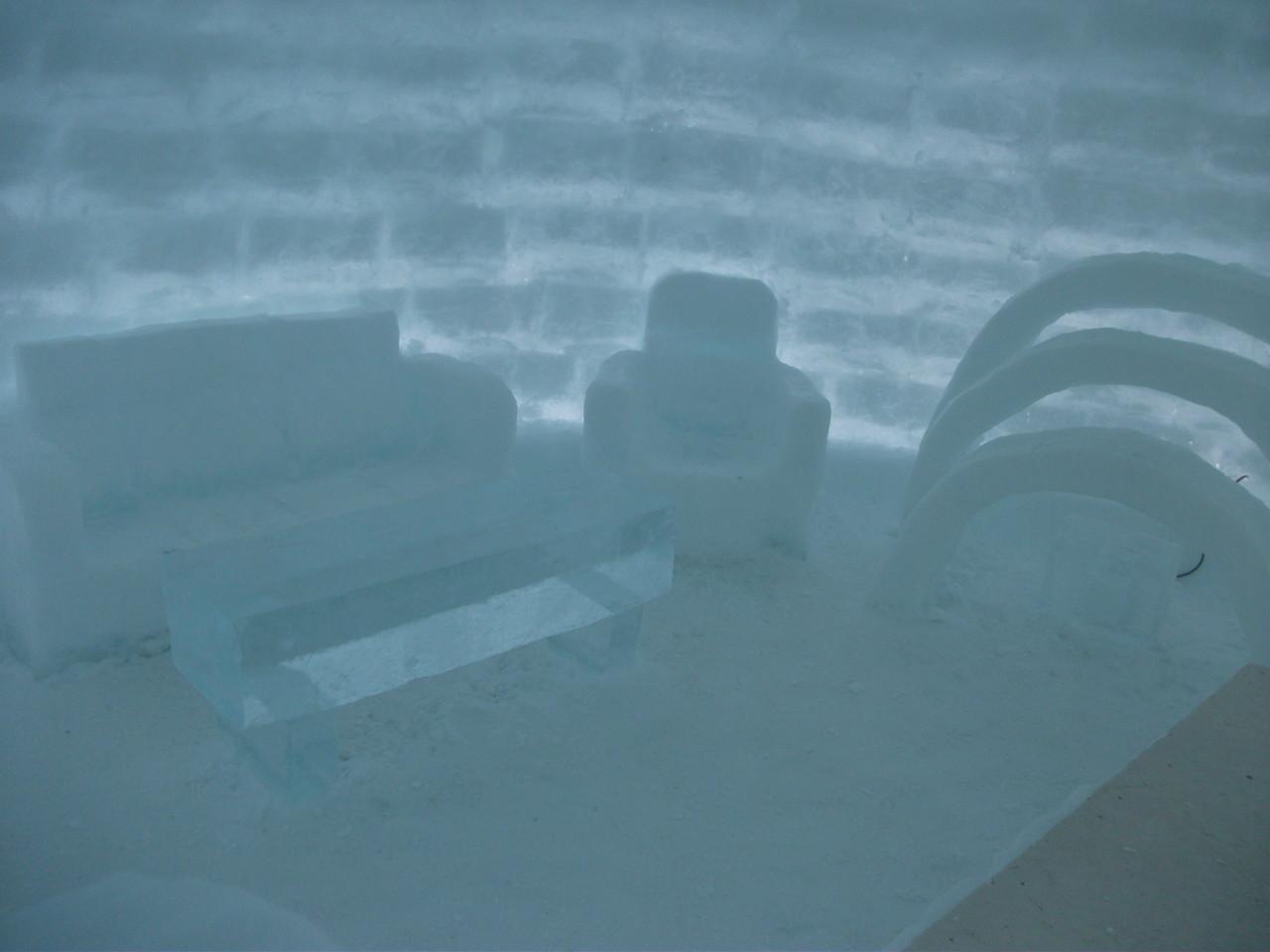 13:34 アイスホテル 氷のソファ