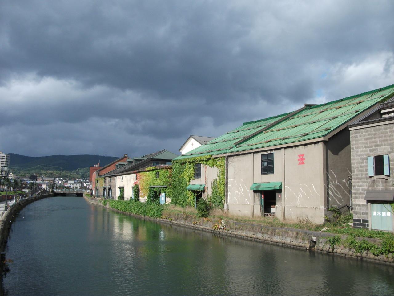どんよりとした雲の下の小樽運河