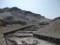 荒野を走る砂防ダムの列