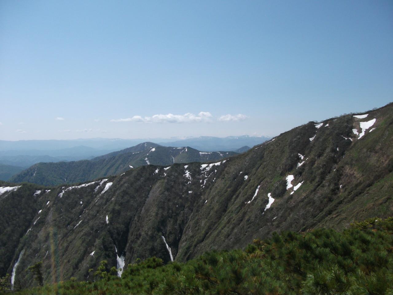 山頂直下ピークから大雪山系を望む その1