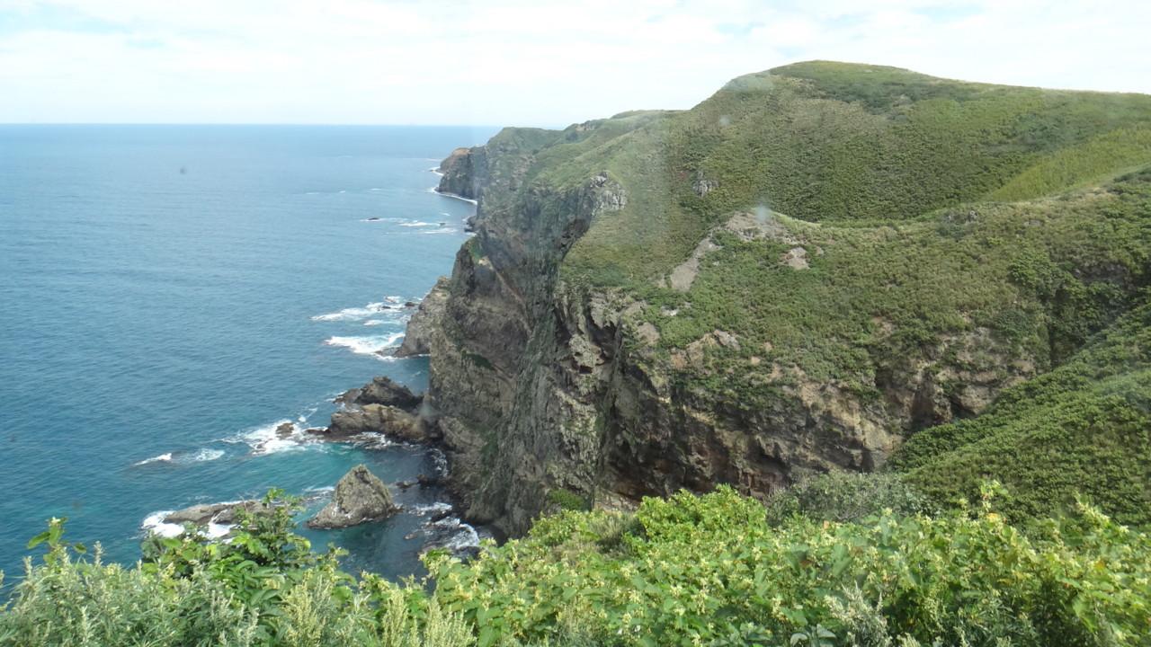 海鳥繁殖地の断崖絶壁
