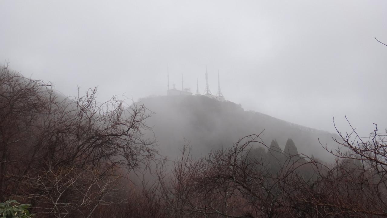 ガスに浮かび上がる山頂