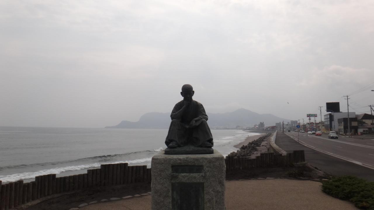 函館山をバックにした啄木像