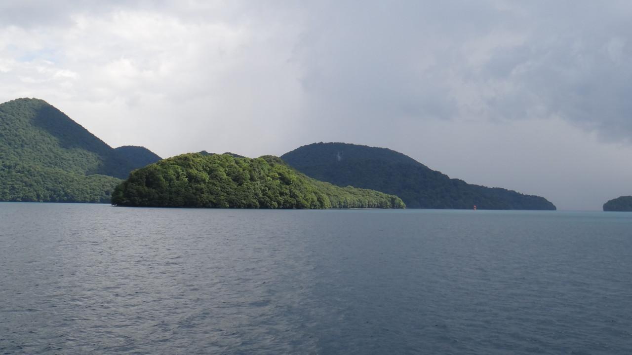 陽光に照らされる弁天島
