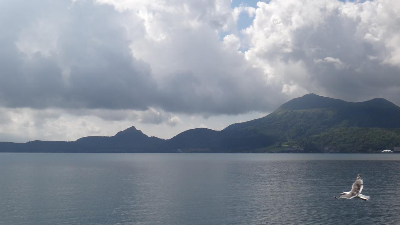 左に昭和新山、右に有珠山
