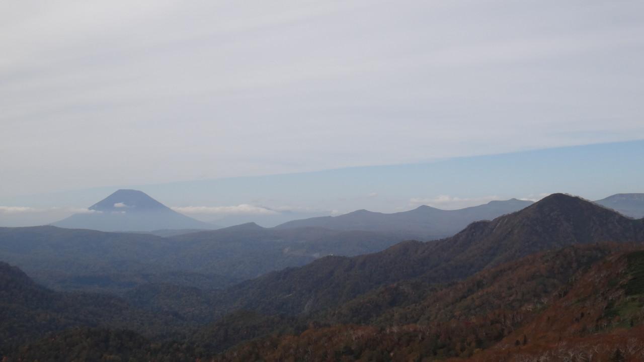 左に羊蹄山、最右は無意根山@山頂