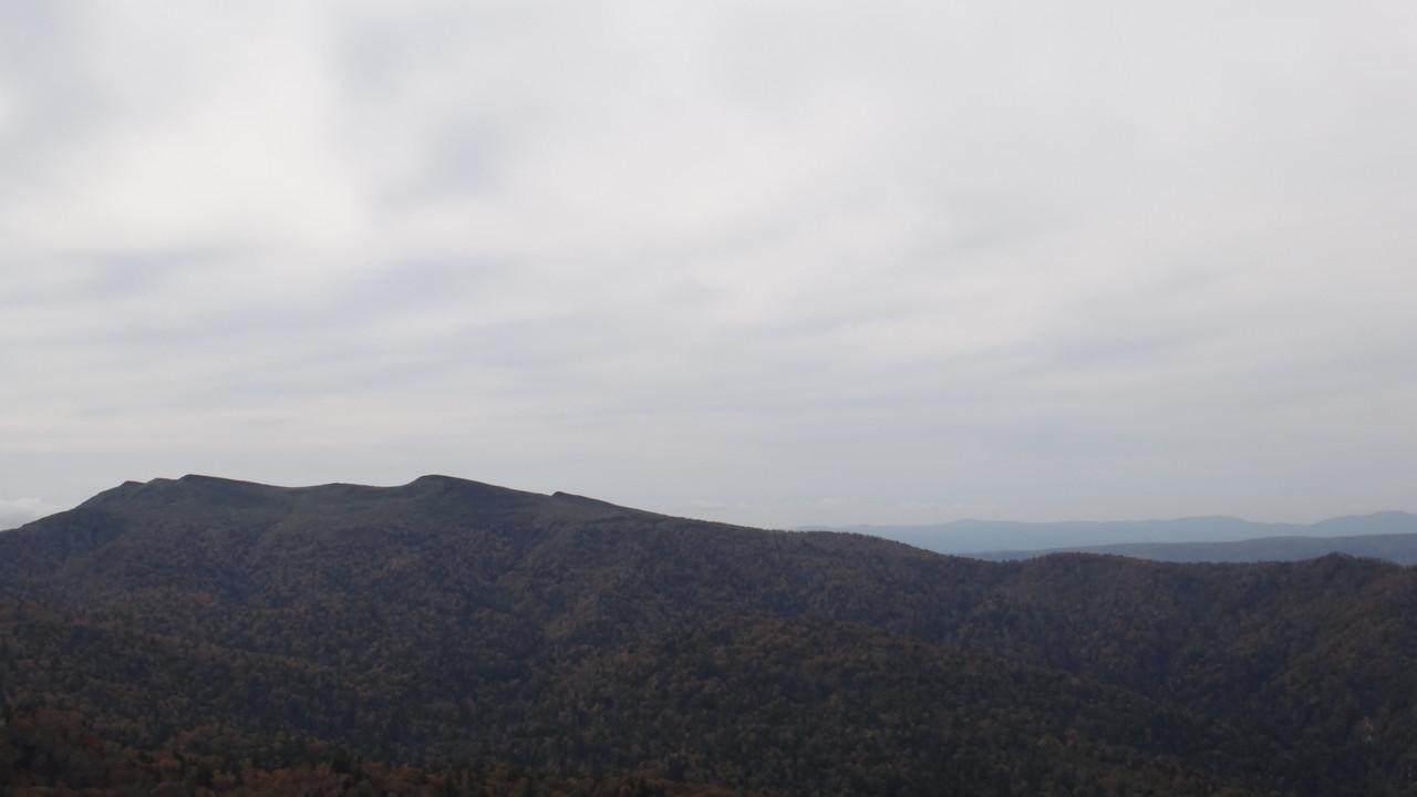 漁岳に続く稜線@山頂