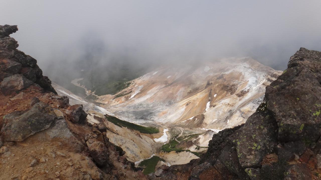 上ホロ山頂直下から安政火口を見下ろす