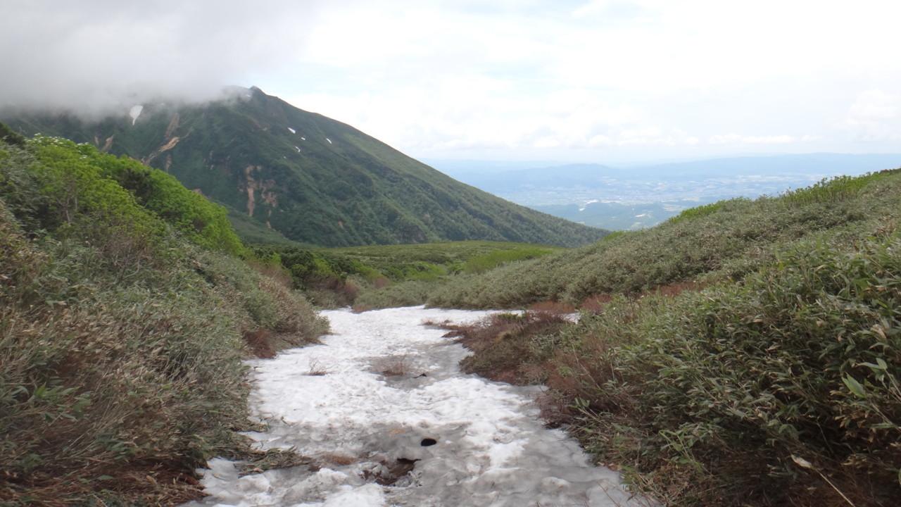 上ホロ分岐に近づくと雪渓