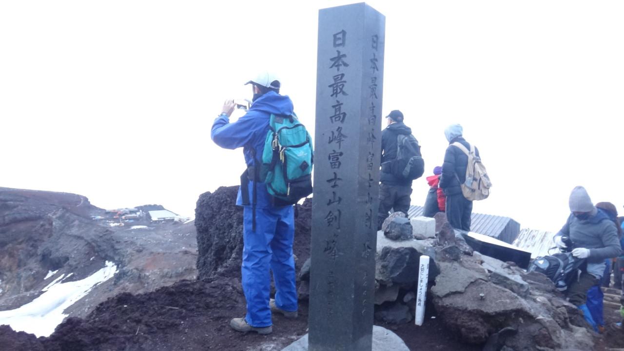 夜明け後の山頂標識