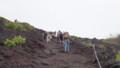 [静岡][富士山] 日の丸を手に手に登る外人集団