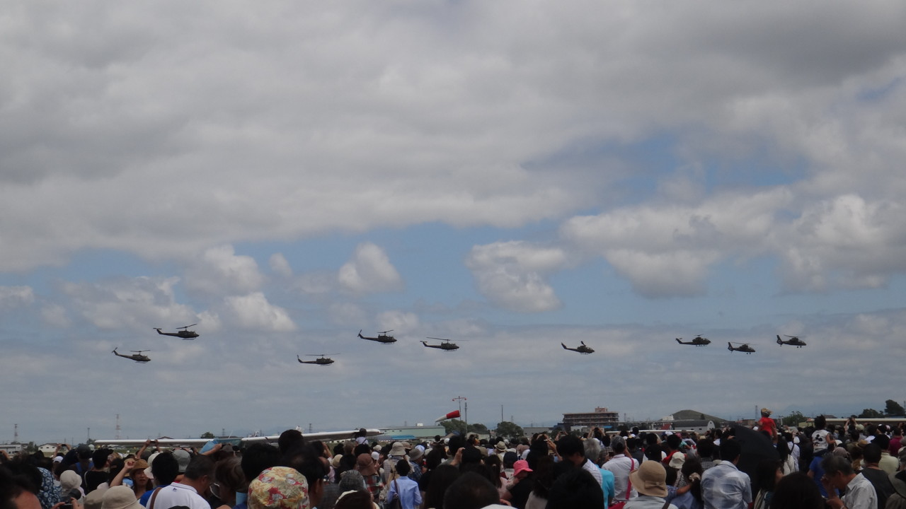 ヘリ編隊が上空通過