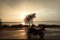 雨と夕日とバイク