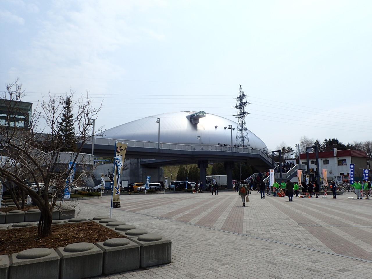 札幌ドームに向かう人の波