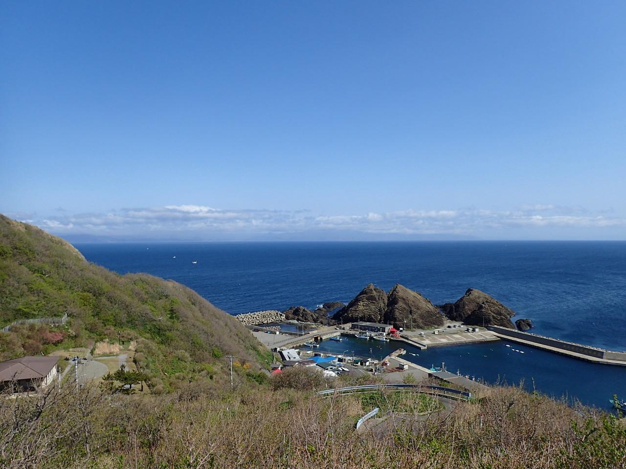 帯島の奥に北海道遠望
