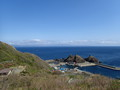 [青森]帯島の奥に北海道遠望