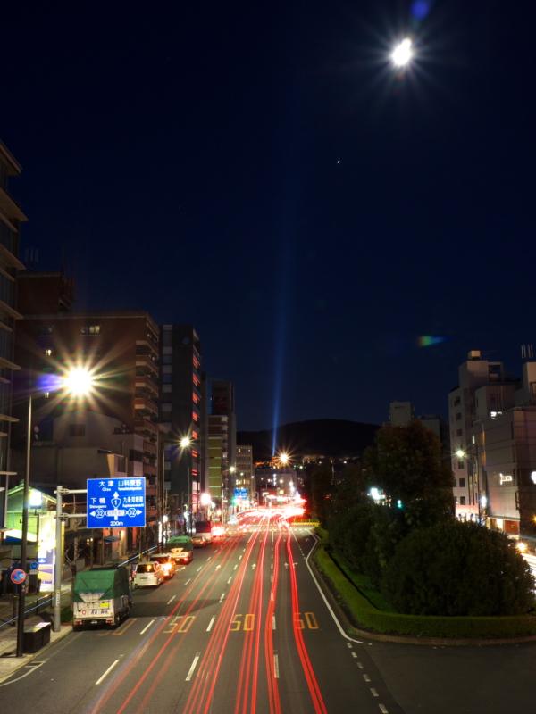 京都新聞写真コンテスト 月に向かう光の帯