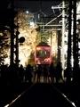 桜を見る電車を見る人々@嵐電